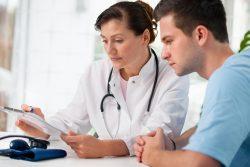 Khám và điều trị tiểu ra máu như thế nào?